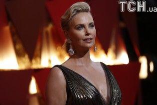 """Відверті сукні на """"Оскарі-2017"""": декольте Шарліз Терон та прозоре вбрання відомої співачки"""