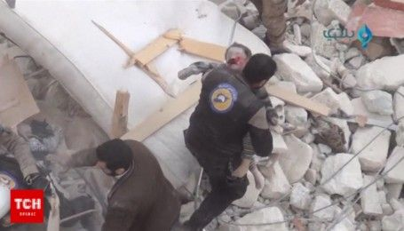 """Работа """"Белых касок"""": в Сети показали, как спасатели вытаскивают людей после авиаударов в Сирии"""
