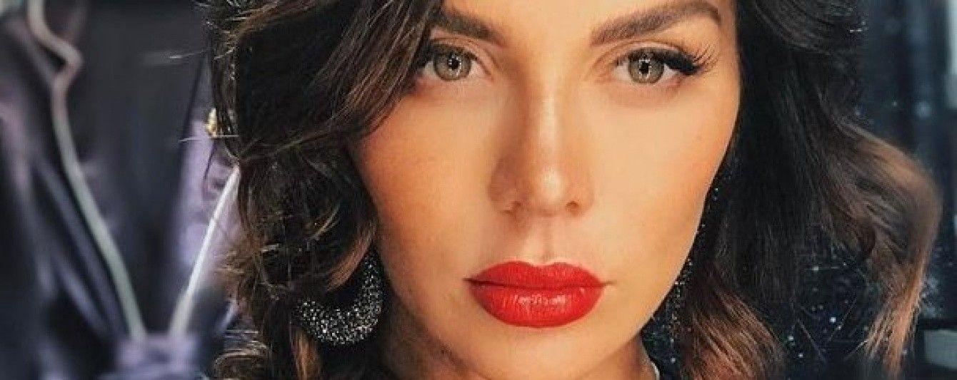 Под капельницей и с розами: Анна Седокова опубликовала фото из роддома