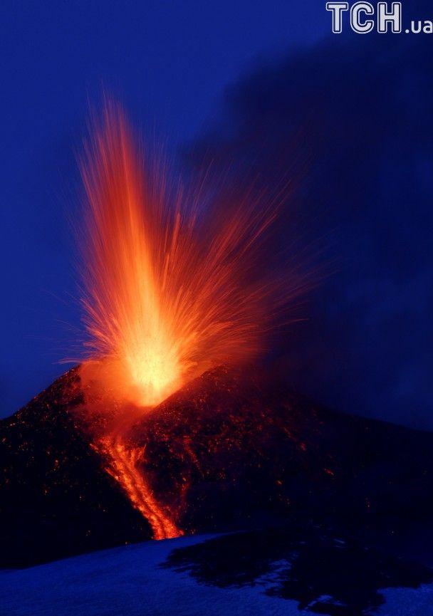 Reuters показал зрелищные фото извержения самого высокого вулкана Европы Этна