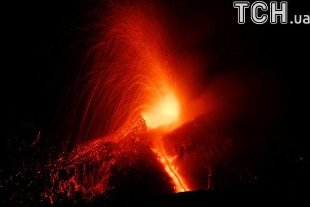 Reuters показав видовищні фото виверження найвищого вулкана Європи Етна