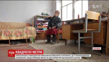Переселенцев с инвалидностью пытаются выселить из заброшенного здания интерната