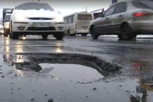 """""""Чотири роки її б*ять ремонтують"""": У Нікополі знову будуть латати вбиту дорогу"""