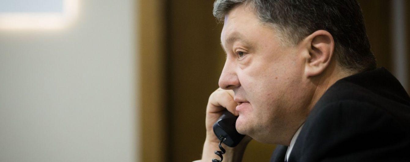 Порошенко поговорил с Тиллерсоном об эскалации на Донбассе и антироссийских санкциях