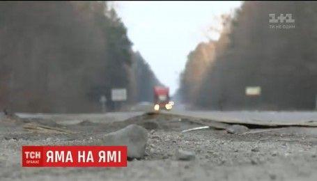 """По всій Україні з останнім снігом """"сходить"""" асфальт"""