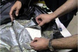 СБУ затримала партію рідкого кокаїну в банках з-під ананасів