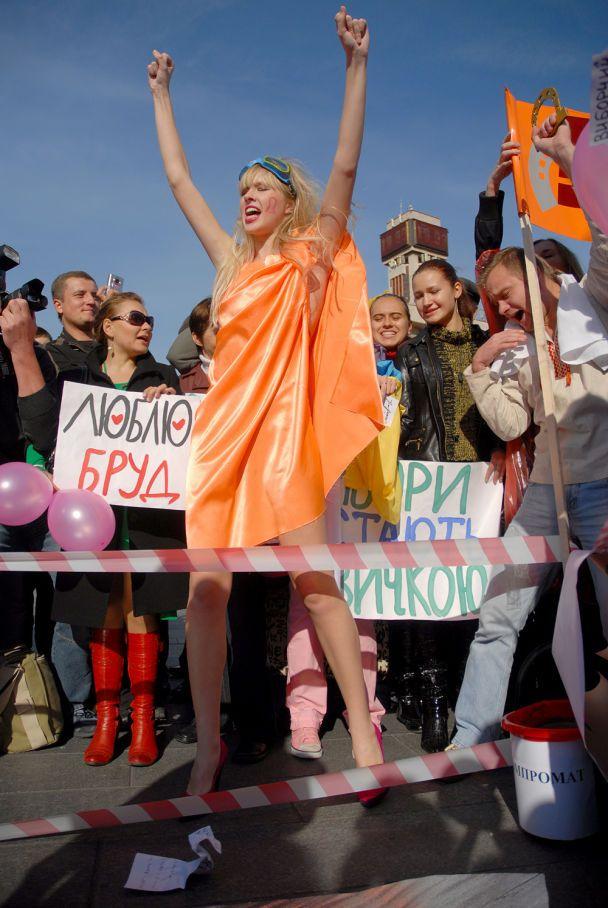 Як напівголі дівчата на Майдані у багнюці билися (відео)