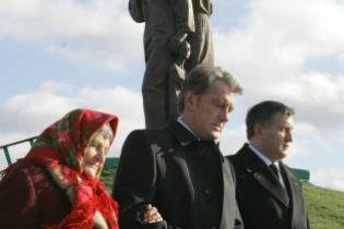 Ющенко провів урок пам'яті Голодомору і відкрив меморіал (відео, оновлено)