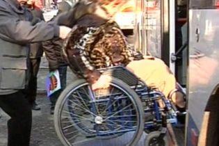 Тролейбус для людей з обмеженим можливостями став для них тортурами (відео)