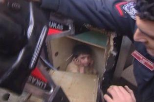 Стамбульські пожежники зламували сейф, щоб дістати дитину