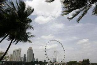 В Сінгапурі людей з колеса огляду спустили на мотузках