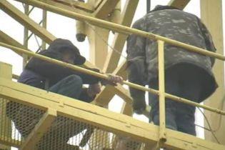 У Миколаєві п'яний чоловік намагався стрибнути з баштового крану
