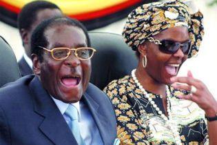 Дружина президента Зімбабве побила фотографа діамантами