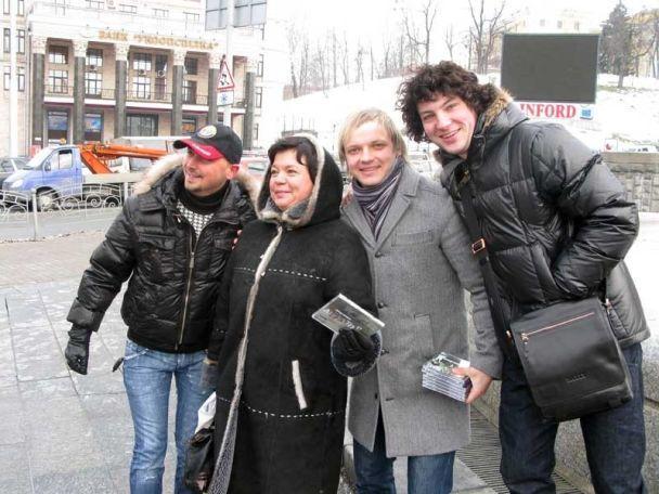 """""""Авіатори"""" влаштували шоу обіймів на Майдані Незалежності"""