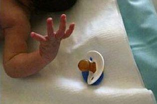 Неповнолітня дівчинка народила дитину на вулиці і покинула її