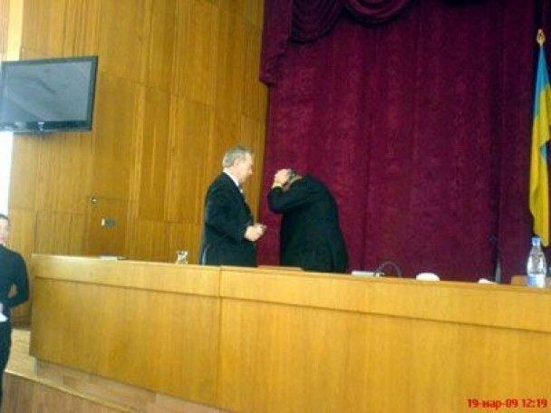 Мера Сімферополя на засіданні міської ради закидали яйцями