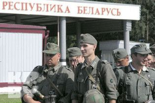 Білоруські митники зняли з українця 15 трусів та 4 костюма