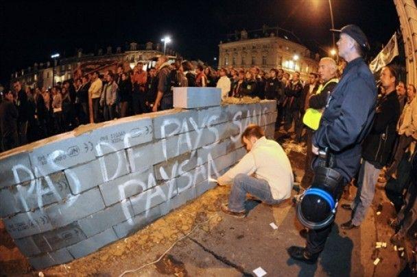 У Брюсселі фермери закидали поліцію сіном та яйцями