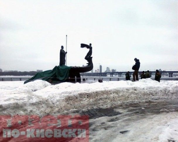 Обвалився пам'ятник засновникам Києва