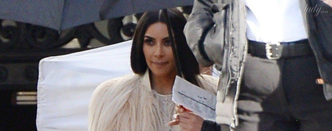 Папарацци сфотографировали Ким Кардашьян в прозрачном платье на съемочной площадке