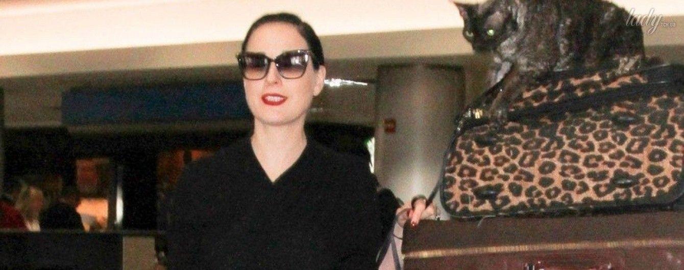 В скромном платье и с котом: Дита фон Тиз в аэропорту Лос-Анджелеса
