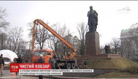 З пам`ятника Шевченку в Києві змили бруд десятиліть