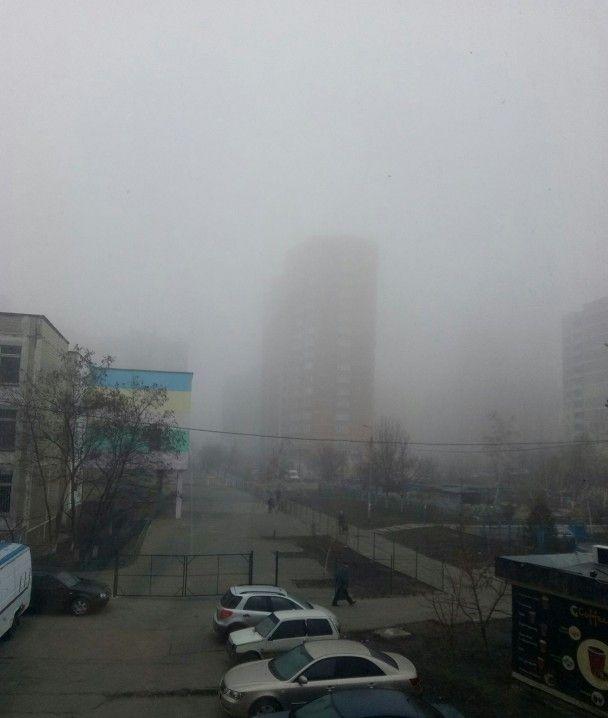 Київ у тумані. Синоптик пояснила походження смердючого смогу