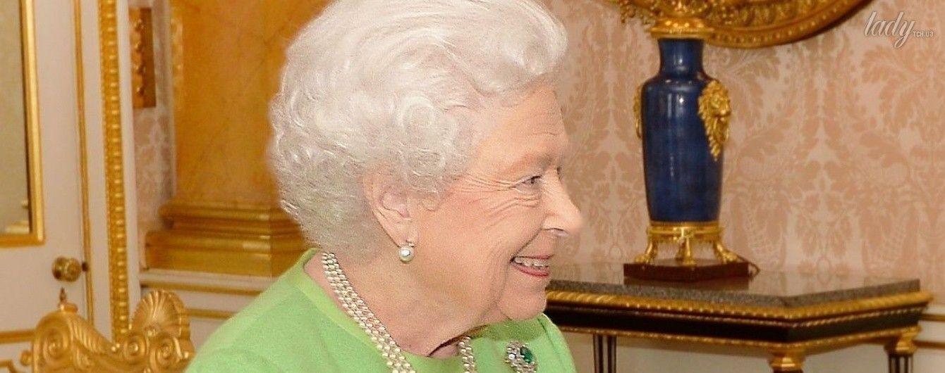 Опять фисташковый: королева Елизавета II повторилась в выборе наряда