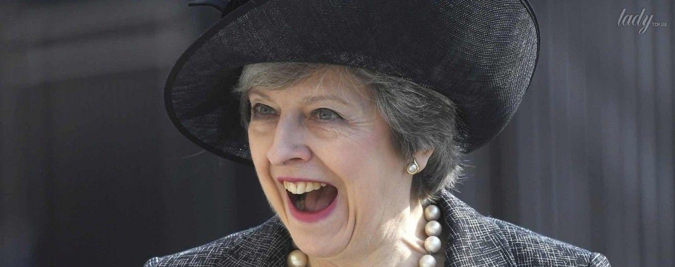 В жемчужном ожерелье и стильной шляпе: Тереза Мэй продемонстрировала элегантный образ