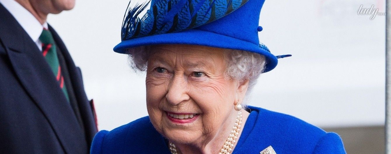 Ярче всех: 90-летняя королева Елизавета II затмила нарядом герцогиню Кембриджскую