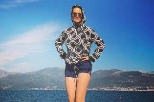 Даша Астафьева в коротких шортах и стильных кроссовках похвасталась стройными ногами