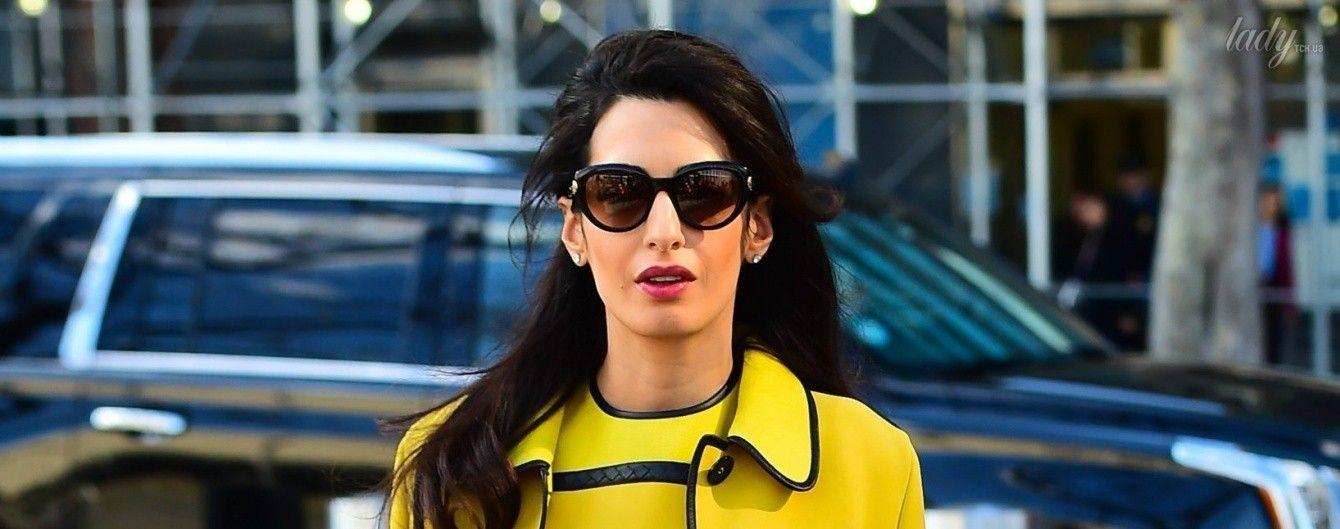 В лимонном платье и на шпильках: беременную Амаль Клуни сфотографировали папарацци