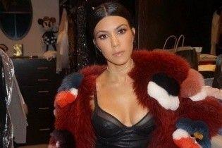 В мехах и мини: Кортни Кардашьян продемонстрировала стильный образ