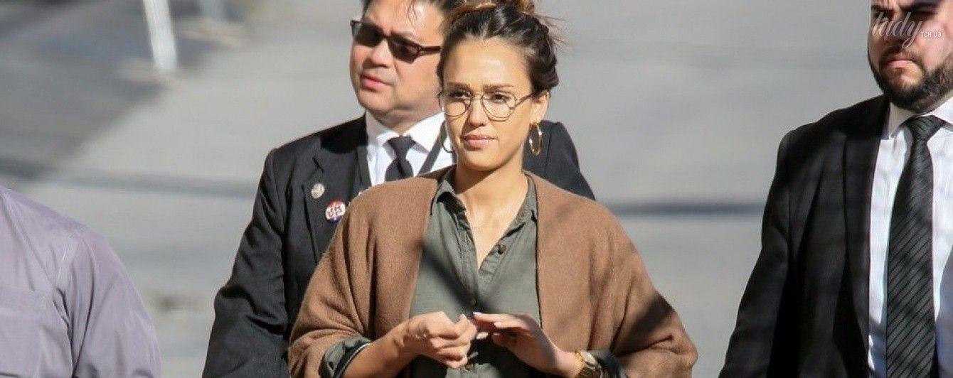 В комбинезоне цвета хаки и с сумкой Louis Vuitton: повседневный образ Джессики Альбы