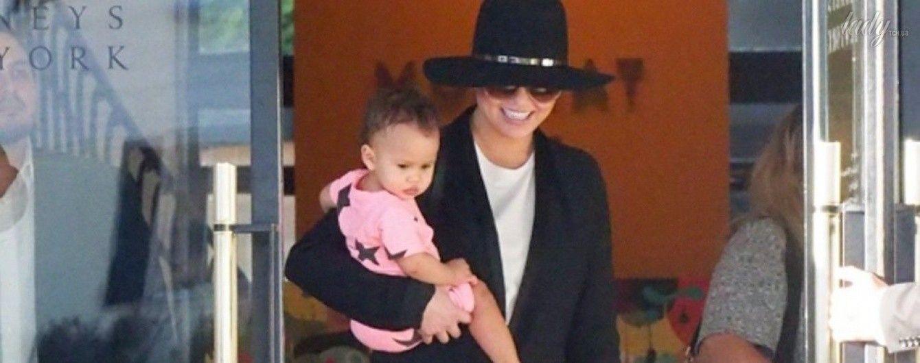 В рваных джинсах и на шпильках: Крисси Тейген вместе с дочерью сходила на шопинг