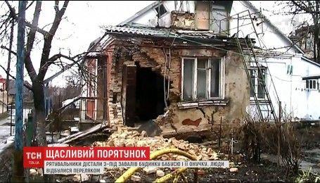 Спасатели в Ровно вытащили из обрушившегося дома бабушку с ребенком