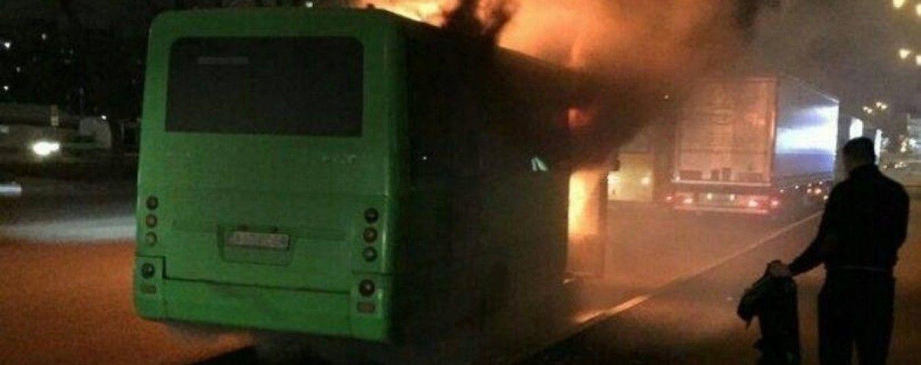 В Киеве на остановке сгорела маршрутка