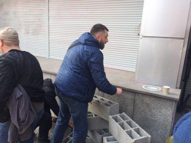 """В Киеве активисты замуровывают бетонными блоками вход в центральный офис """"Сбербанка"""""""
