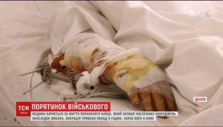 Медики борются за жизнь воина АТО, тело которого изрешетило осколками под Марьинкой