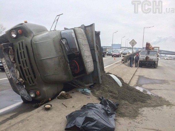 В Киеве на съезде с моста столкнулись ЗИЛ и КамАЗ, один из водителей погиб