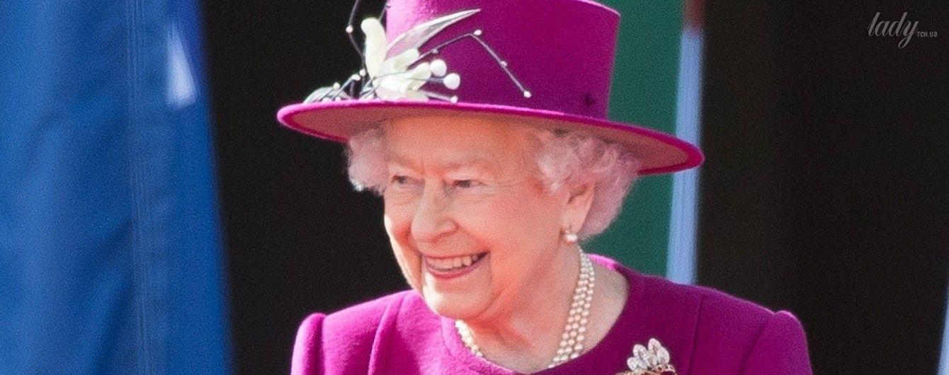 Королева Елизавета II в пальто цвета фуксии дала старт Играм Содружества