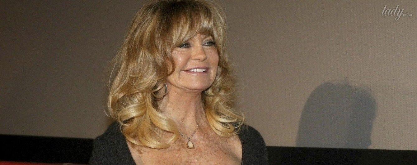 """Зажигает: 71-летняя Голди Хоун показала, как """"отрывается"""" со своим парикмахером"""
