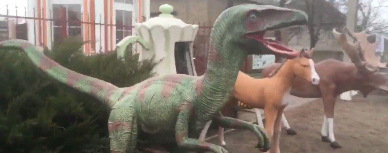 Британского журналиста поразили необычные фигурки для сада в украинском селе
