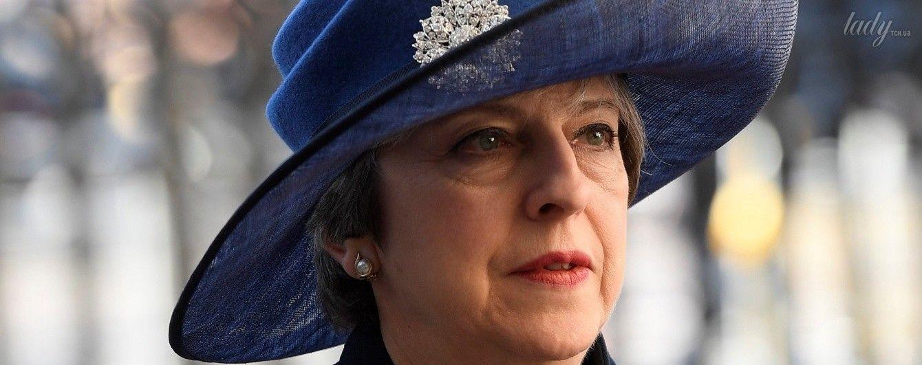 Тереза Мэй в пестром платье и в элегантной шляпе побывала на торжестве в Лондоне