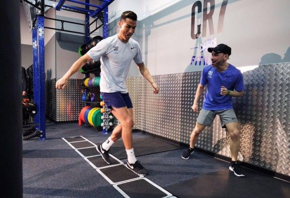 Роналду тренується в своєму залі