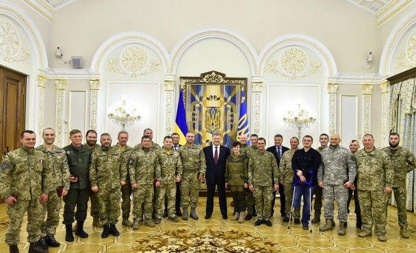 Если бы не вы, не известно как бы сложилась судьба Украины: Порошенко поздравил добровольцев с праздником
