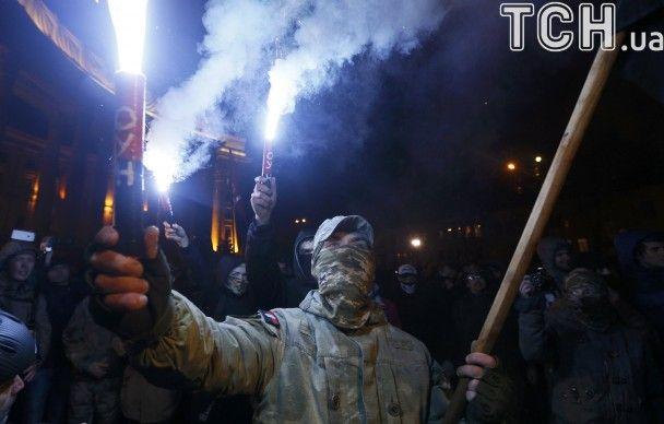 """В Киеве националисты разбили окна """"Альфа-Банка"""" и подрались с правоохранителями"""
