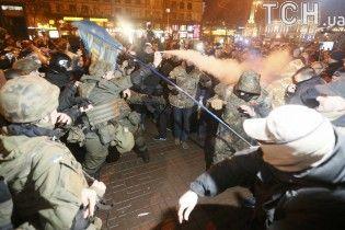 """У Києві націоналісти розтрощили вікна """"Альфа-Банку"""" і побилися із правоохоронцями"""