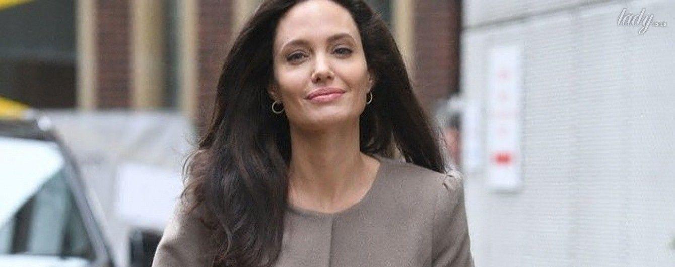 В нюдовом пальто и на каблуках: Анджелина Джоли на улицах Лондона