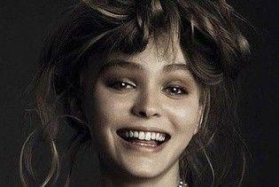 Топлес и с улыбкой: Лили-Роуз Депп снялась для итальянского Vogue